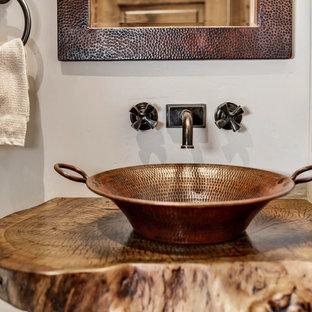Идея дизайна: маленькая ванная комната в стиле рустика с открытыми фасадами, коричневыми фасадами, душем без бортиков, унитазом-моноблоком, коричневой плиткой, металлической плиткой, серыми стенами, полом из керамогранита, душевой кабиной, настольной раковиной, столешницей из дерева, разноцветным полом, открытым душем и коричневой столешницей