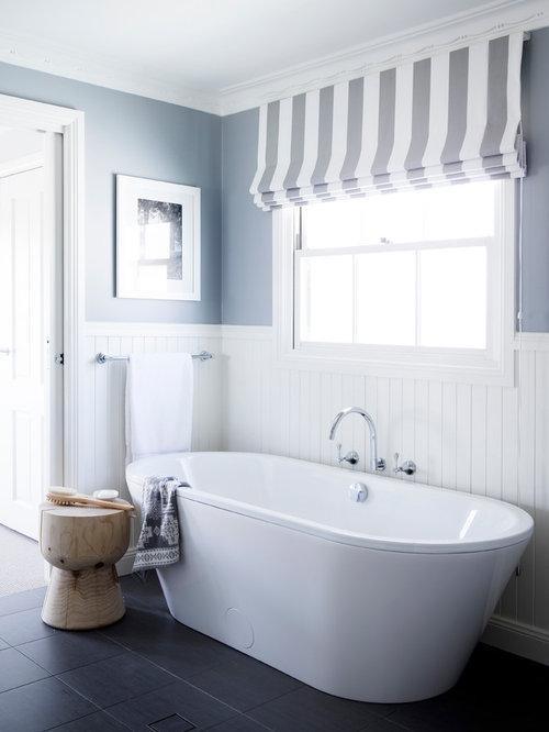 ... di una stanza da bagno marinara con vasca autoportante e pareti grigie