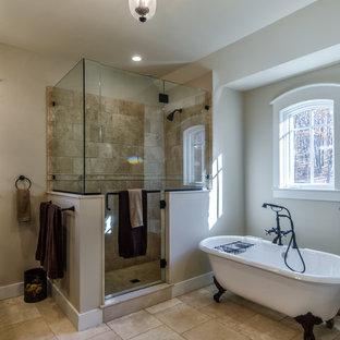Imagen de cuarto de baño principal, actual, grande, con armarios tipo mueble, puertas de armario de madera en tonos medios, bañera con patas, ducha esquinera, suelo de travertino, baldosas y/o azulejos beige, baldosas y/o azulejos de piedra, paredes blancas, lavabo integrado y encimera de granito