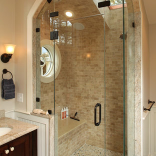 Esempio di una stanza da bagno chic con lavabo a consolle, piastrelle in travertino e panca da doccia