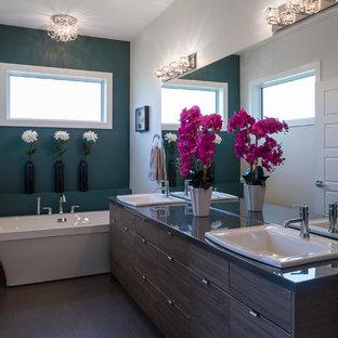 Idee per una stanza da bagno padronale design di medie dimensioni con ante lisce, ante in legno bruno, vasca freestanding, doccia alcova, WC a due pezzi, pareti blu, pavimento in sughero, lavabo da incasso, top in marmo, pavimento grigio, porta doccia scorrevole e top grigio