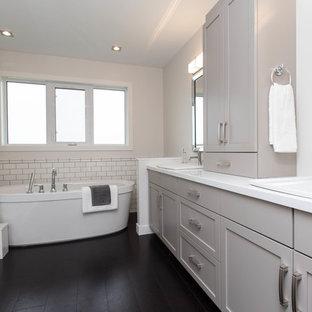 Неиссякаемый источник вдохновения для домашнего уюта: большая главная ванная комната в современном стиле с фасадами в стиле шейкер, серыми фасадами, отдельно стоящей ванной, угловым душем, унитазом-моноблоком, белой плиткой, керамической плиткой, белыми стенами, пробковым полом, накладной раковиной и мраморной столешницей