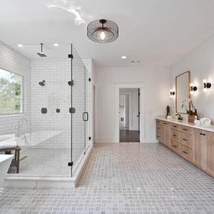 Inredning av ett klassiskt mycket stort vit vitt en-suite badrum, med släta luckor, skåp i ljust trä, ett fristående badkar, en dubbeldusch, vita väggar, klinkergolv i porslin, ett undermonterad handfat, marmorbänkskiva, grått golv och dusch med gångjärnsdörr