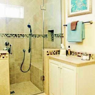 Пример оригинального дизайна: маленькая ванная комната в стиле неоклассика (современная классика) с фасадами с выступающей филенкой, белыми фасадами, столешницей из плитки, душем в нише, раздельным унитазом, бежевой плиткой, керамогранитной плиткой, бежевыми стенами, полом из керамогранита и душевой кабиной