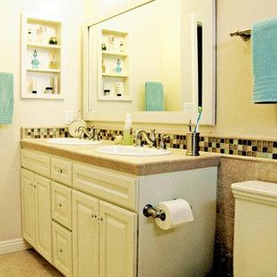 Idéer för ett litet klassiskt badrum med dusch, med ett nedsänkt handfat, luckor med upphöjd panel, vita skåp, kaklad bänkskiva, en toalettstol med separat cisternkåpa, beige kakel, porslinskakel, beige väggar och klinkergolv i porslin