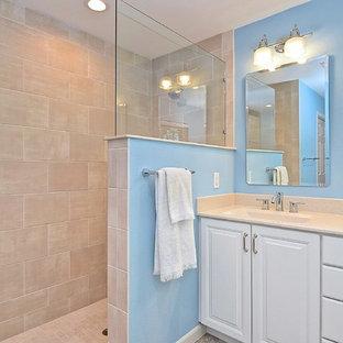 Foto de cuarto de baño principal, tradicional, pequeño, con armarios con paneles con relieve, puertas de armario blancas, baldosas y/o azulejos beige, baldosas y/o azulejos de cerámica, paredes azules, lavabo integrado, encimera de ónix y encimeras beige