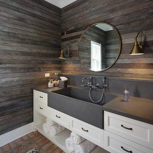 Идея дизайна: ванная комната в стиле кантри с фасадами с утопленной филенкой, белыми фасадами, коричневыми стенами, кирпичным полом, душевой кабиной, монолитной раковиной, красным полом и серой столешницей