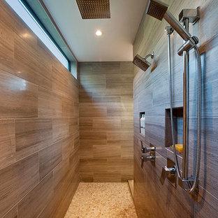 Modernes Badezimmer mit Doppeldusche in Vancouver
