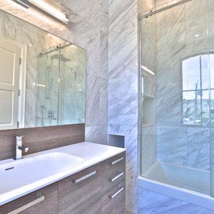 Diseño de cuarto de baño con ducha, minimalista, pequeño, con armarios con paneles lisos, puertas de armario de madera clara, bañera esquinera, combinación de ducha y bañera, sanitario de una pieza, baldosas y/o azulejos blancos, baldosas y/o azulejos de cerámica, paredes beige, suelo de baldosas de cerámica, lavabo encastrado, encimera de piedra caliza, suelo blanco, ducha con puerta con bisagras y encimeras blancas