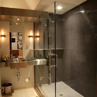 Idéer för funkis badrum, med bänkskiva i rostfritt stål och svart kakel