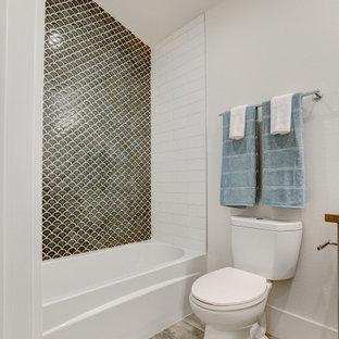 Modelo de cuarto de baño con ducha, moderno, pequeño, con armarios tipo mueble, puertas de armario de madera oscura, combinación de ducha y bañera, sanitario de una pieza, baldosas y/o azulejos blancos, baldosas y/o azulejos de porcelana, paredes blancas, suelo de baldosas de porcelana, lavabo bajoencimera, encimera de cuarzo compacto, suelo beige, ducha abierta y encimeras blancas