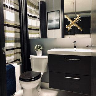 Inspiration för små moderna vitt en-suite badrum, med släta luckor, skåp i mörkt trä, ett badkar i en alkov, en dusch/badkar-kombination, en toalettstol med separat cisternkåpa, vit kakel, porslinskakel, grå väggar, klinkergolv i porslin, ett väggmonterat handfat, gult golv och dusch med duschdraperi