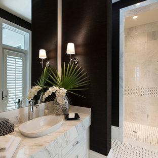 Klassisches Badezimmer mit Aufsatzwaschbecken, schwarzer Wandfarbe und weißen Schränken in Miami