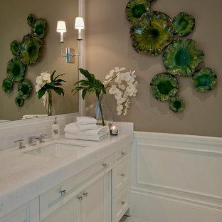 Immagine di una stanza da bagno chic con ante bianche, pareti marroni e top bianco