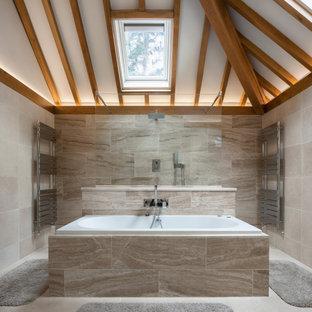 Inspiration för ett lantligt badrum, med beige kakel och beiget golv