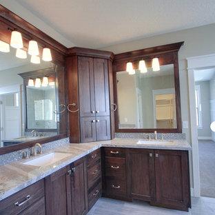 Imagen de cuarto de baño principal, de estilo americano, grande, con armarios estilo shaker, puertas de armario de madera en tonos medios, baldosas y/o azulejos grises, baldosas y/o azulejos de vidrio, paredes beige, suelo de baldosas de cerámica, lavabo bajoencimera y suelo beige