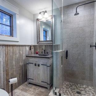 Imagen de cuarto de baño con ducha, rural, de tamaño medio, con puertas de armario con efecto envejecido, ducha esquinera, sanitario de dos piezas, baldosas y/o azulejos beige, baldosas y/o azulejos de travertino, paredes grises, suelo de baldosas de cerámica, lavabo integrado, encimera de zinc, suelo beige y ducha con puerta con bisagras