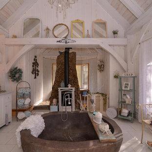 Ispirazione per una stanza da bagno stile shabby con ante in stile shaker, ante bianche, vasca freestanding, pareti bianche, lavabo a bacinella, pavimento bianco e top bianco