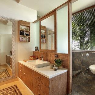 Esempio di una stanza da bagno padronale tropicale con ante lisce, ante in legno chiaro, doccia aperta, piastrelle marroni, pareti bianche, parquet chiaro, lavabo a bacinella e doccia aperta