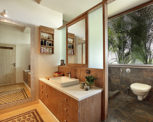 salle de bain exotique avec un sol en bois clair photos et id es d co de salles de bain. Black Bedroom Furniture Sets. Home Design Ideas