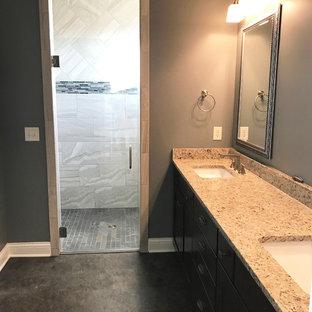 Foto di una stanza da bagno padronale di medie dimensioni con ante in stile shaker, ante nere, doccia alcova, piastrelle grigie, piastrelle a listelli, pareti grigie, pavimento in cementine, top in granito, pavimento grigio e porta doccia a battente