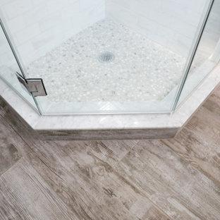 Esempio di una stanza da bagno country con ante bianche, doccia ad angolo, piastrelle grigie, pareti blu, pavimento con piastrelle effetto legno, pavimento grigio, porta doccia a battente, un lavabo e carta da parati