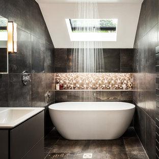 Inspiration för ett mellanstort funkis badrum, med släta luckor, grå skåp, ett fristående badkar, våtrum, svarta väggar, brunt golv, med dusch som är öppen, svart kakel, brun kakel, mosaik och ett konsol handfat