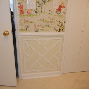 Bild på ett mellanstort orientaliskt en-suite badrum, med luckor med infälld panel, vita skåp, en dusch i en alkov, en toalettstol med hel cisternkåpa, flerfärgade väggar och klinkergolv i keramik