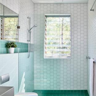 Idéer för ett modernt badrum, med vit kakel, ett väggmonterat handfat och turkost golv