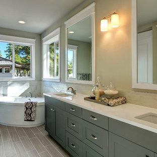 Immagine di una stanza da bagno padronale american style con lavabo sottopiano, ante con riquadro incassato, ante grigie, top in quarzo composito, vasca freestanding, piastrelle marroni, piastrelle in ceramica, pareti grigie e pavimento con piastrelle in ceramica
