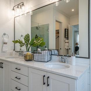 Esempio di una stanza da bagno country con ante in stile shaker, ante bianche, piastrelle verdi, piastrelle di vetro, pareti bianche, lavabo sottopiano e top bianco