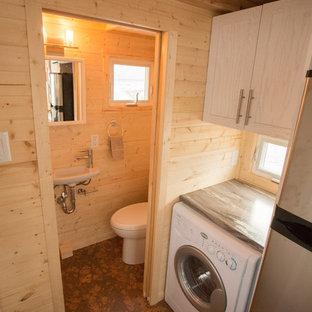 Esempio di una piccola stanza da bagno stile americano con doccia alcova, WC a due pezzi, pareti marroni, pavimento in sughero, lavabo sospeso e top in laminato