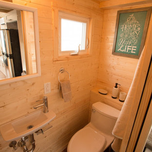Idee per una piccola stanza da bagno american style con doccia alcova, WC a due pezzi, pareti marroni, pavimento in sughero, lavabo sospeso e top in laminato