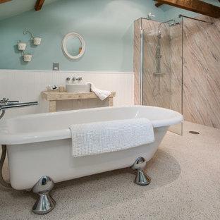 Modelo de cuarto de baño infantil, marinero, de tamaño medio, sin sin inodoro, con paredes azules, suelo de linóleo, lavabo sobreencimera, suelo beige, ducha abierta, bañera con patas y losas de piedra
