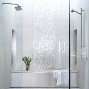 Стильный дизайн: большая главная ванная комната в современном стиле с двойным душем, белой плиткой, плиткой мозаикой, белыми стенами, полом из керамогранита, белым полом, нишей и сиденьем для душа - последний тренд