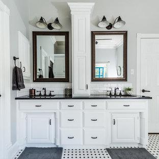 Idee per una sauna country di medie dimensioni con ante con bugna sagomata, ante bianche, vasca da incasso, pistrelle in bianco e nero, piastrelle in ceramica, pareti grigie, parquet scuro, lavabo sottopiano e top in granito