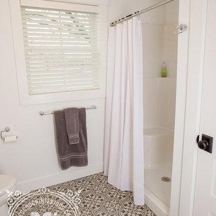 Foto di una stanza da bagno con doccia country di medie dimensioni con ante in stile shaker, ante marroni, doccia alcova, WC monopezzo, pareti bianche, pavimento in linoleum, lavabo sottopiano, top in quarzo composito, pavimento nero e doccia con tenda