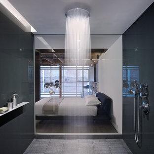 На фото: ванная комната в современном стиле с открытым душем, черной плиткой и плиткой из листового стекла