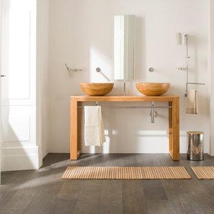 Imagen de cuarto de baño principal, escandinavo, grande, con lavabo sobreencimera, encimera de madera, paredes blancas, suelo de madera en tonos medios y encimeras marrones