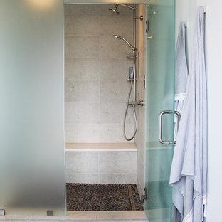 Immagine di una piccola stanza da bagno padronale boho chic con ante lisce, ante turchesi, WC monopezzo, piastrelle beige, piastrelle in travertino, pavimento con piastrelle in ceramica, lavabo da incasso, pavimento multicolore, porta doccia a battente e doccia doppia
