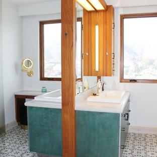 Ejemplo de cuarto de baño principal, ecléctico, pequeño, con armarios con paneles lisos, puertas de armario turquesas, sanitario de una pieza, suelo de baldosas de cerámica, lavabo encastrado, suelo multicolor, ducha con puerta con bisagras y ducha doble