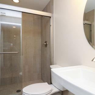 Imagen de cuarto de baño con ducha, clásico renovado, de tamaño medio, con lavabo suspendido, encimera de zinc, ducha abierta, sanitario de dos piezas, baldosas y/o azulejos beige, baldosas y/o azulejos de porcelana, paredes beige y suelo de baldosas de porcelana