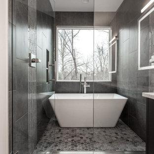 Idéer för ett stort modernt en-suite badrum, med ett fristående badkar, våtrum, grå kakel, porslinskakel, klinkergolv i porslin, grått golv och dusch med gångjärnsdörr