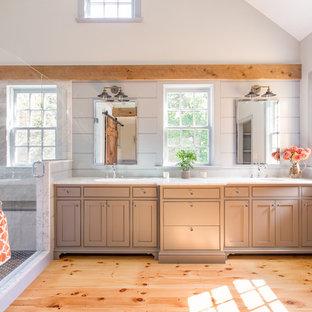 Стильный дизайн: большая главная ванная комната в стиле кантри с накладной раковиной, мраморной столешницей, открытым душем, белой плиткой, керамогранитной плиткой, серыми стенами, светлым паркетным полом, коричневыми фасадами и фасадами в стиле шейкер - последний тренд