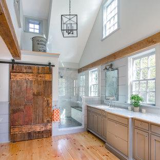 Großes Country Badezimmer En Suite mit Einbauwaschbecken, grauen Schränken, Marmor-Waschbecken/Waschtisch, weißen Fliesen, Porzellanfliesen, grauer Wandfarbe, hellem Holzboden, Duschnische und Kassettenfronten in Boston