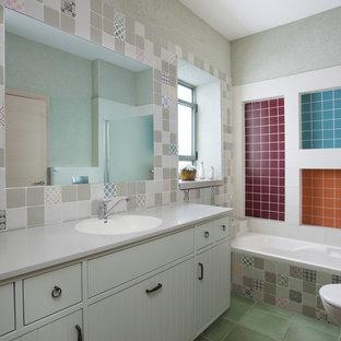 Esempio di una stanza da bagno contemporanea con ante bianche, piastrelle multicolore, pavimento verde e top grigio