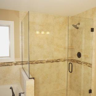 Ispirazione per una grande sauna chic con lavabo sottopiano, top in granito, vasca da incasso, WC a due pezzi, piastrelle beige, piastrelle in ceramica, pareti beige e pavimento con piastrelle in ceramica