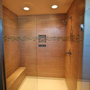 他の地域の中サイズのトラディショナルスタイルのおしゃれなマスターバスルーム (オーバーカウンターシンク、フラットパネル扉のキャビネット、茶色いキャビネット、ラミネートカウンター、ダブルシャワー、分離型トイレ、ベージュのタイル、セメントタイル、ベージュの壁、セラミックタイルの床) の写真