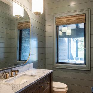 Esempio di una stanza da bagno con doccia classica di medie dimensioni con ante lisce, ante in legno bruno, pareti blu, parquet chiaro, top in quarzite, pavimento beige, top bianco, toilette, un lavabo, mobile bagno incassato e pareti in perlinato