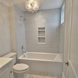 Foto di una piccola stanza da bagno per bambini classica con ante in stile shaker, ante bianche, vasca ad alcova, vasca/doccia, WC a due pezzi, piastrelle grigie, piastrelle diamantate, pareti grigie, pavimento in marmo, top in marmo, pavimento grigio e top bianco